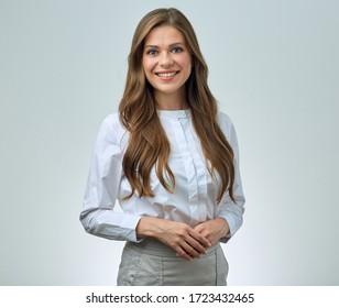 Lächelnde Frau mit langen, in weißem Hemd gekleideten Haaren. Einzelporträt