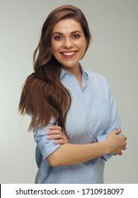 Lächelnde Frau mit langen Haaren, die blaues Hemd trägt. Einzelnes Studioporträt.