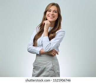 Lächelnde Frau mit zahnfähigem Lächeln mit weißem Hemd. Geschäftsfrau einzeln porträtiert.