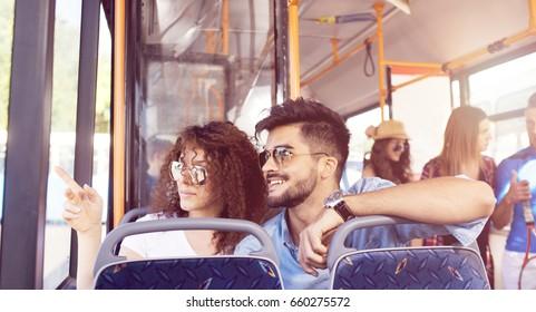 Lächelndes junges Paar im Bus.