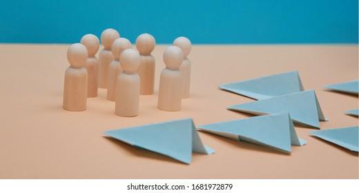 Le développement des PME est une maquette. Plateforme de médias sociaux. Optimisation SEO. Équipe de direction. Avions en papier, figures en bois