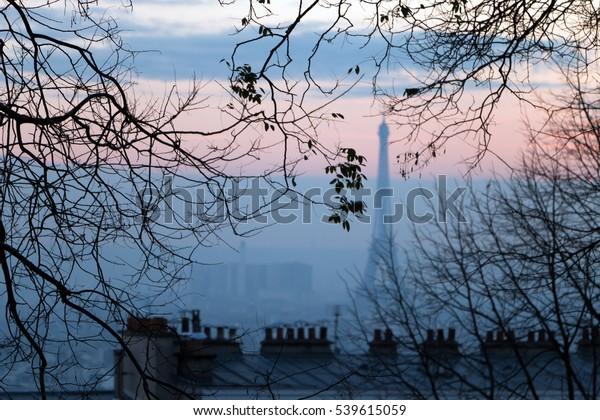 Smog à Paris, vue aérienne sur la ville au coucher du soleil du soir.