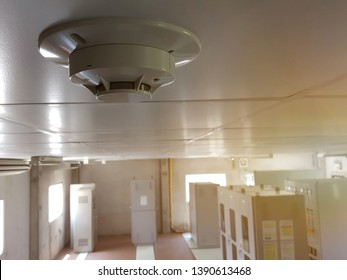 Smoke detector in comming room on ceiling.