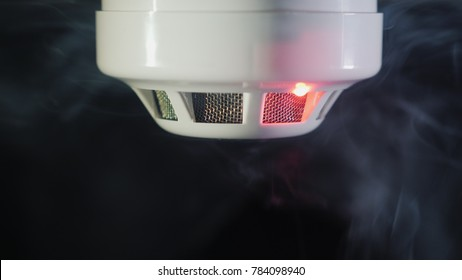 The smoke detector is triggered by a trickle of dum, the red indicator lights up.