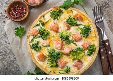 saumon fumé, brocoli et tarte quiche aux épinards, vue de dessus