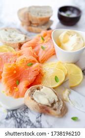 Salmón ahumado con limón fresco y baguette