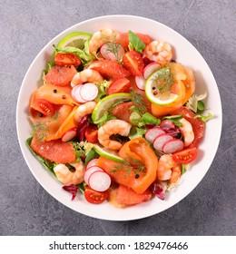salade de saumon fumé avec crevettes, radis, tomates et pamplemousses