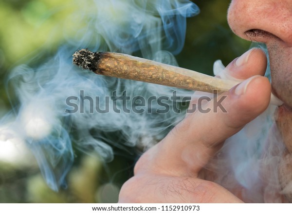 Fumer de la marijuana (herbe, cannabis)