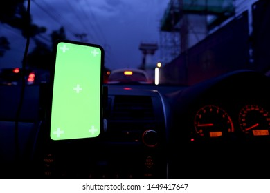 A smrt-phone showed green screen on the car.
