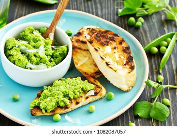 Snack of peas and mint with toast.