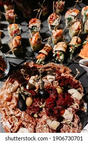 Snacks, buffet, food, aperitif, catering, outdoor service, sauce, snacks with honey, convenient food, snacks, fast food, delicious and beautiful, shrimps, red caviar, canappes and sandwiches, vegetabl
