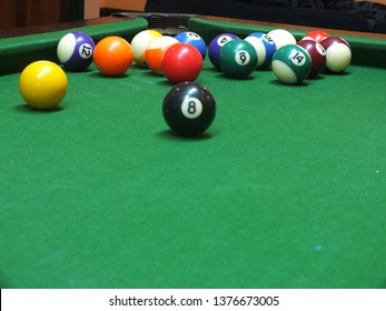 Snooker athletes are putting their hands on the table. To shoot the ball to score