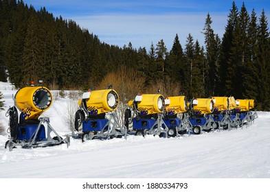 Schneekanonen zur Herstellung von Kunstschnee auf dem alpinen Skigebiet