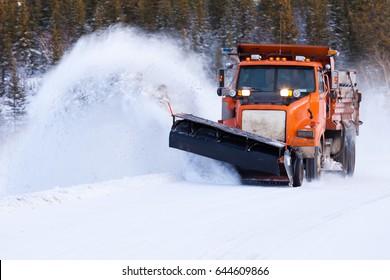 Camino de compensación de coche de arado de nieve después de la tormenta de nieve invernal ventilado para el acceso de vehículos