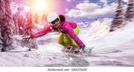 Snowboarder fährt ihr Snowboard mit hoher Geschwindigkeit durch den frischen Schnee hinunter. Sie trägt rosa und grüne Skirennausrüstung. freestyle-riskantes Rennen.