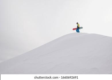 Snowboarder auf einer Hanglage. weißer Schnee-Hintergrund