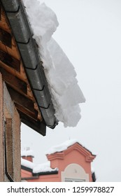 Snowfall, the danger of falling snow from roofs and eaves