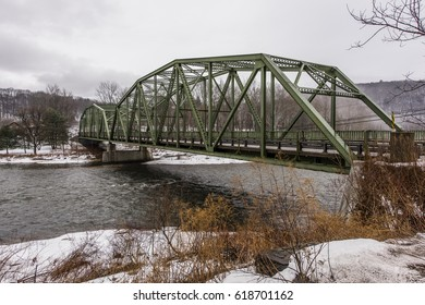 A snowy and overcast view of the Hancock-Buckingham Bridge over the Delaware River between New York and Pennsylvania.