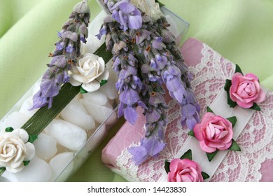 Soap gift set with white bath crystals and lavender