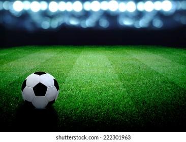 Fußballfeld und helle Lichter
