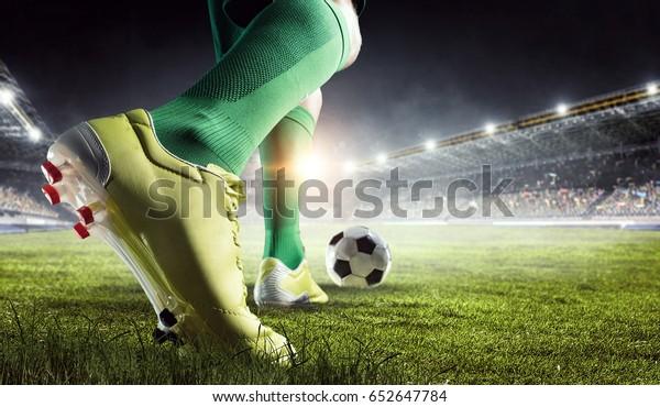 Футболист в действии. Смешанные носители