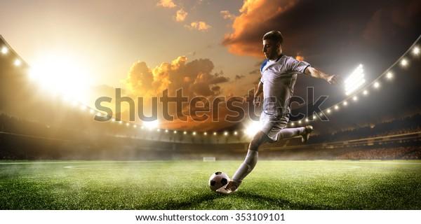 Fußballspieler in Aktion auf Sonnenuntergang-Hintergrund