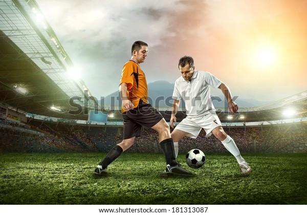Fußballspieler mit Ball im Freien.