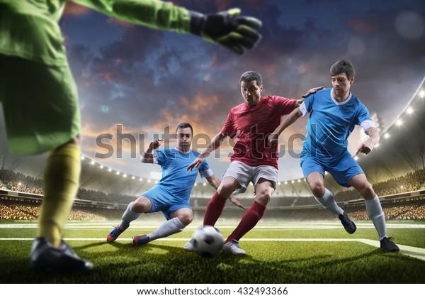 Fußballspieler in Aktion auf Sonnenuntergang-Hintergrund-Panorama