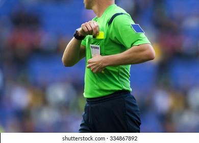 Fußball-Schiedsrichter weist einem Spieler während eines Spiels eine gelbe Karte zu