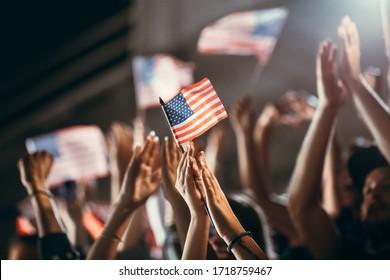 Fußballfans mit US-Flaggen jubeln über den Teamerfolg. Gruppe von Fußballfans, die den Sieg feiern.