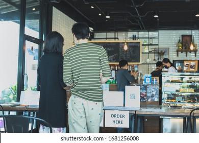 Distance sociale conceptuel petit serveur d'entreprise servant le client au café...