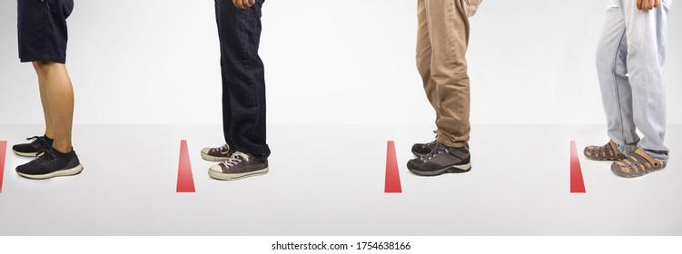 Soziale Distanz, Line-up von vielen Menschen stehen an Stopp-Schild, Prävention der Ausbreitung des Corona-Virus, covid-19 in Kaufhaus oder Supermarkt und Public Area. Während Hintergrund. Studioaufnahme