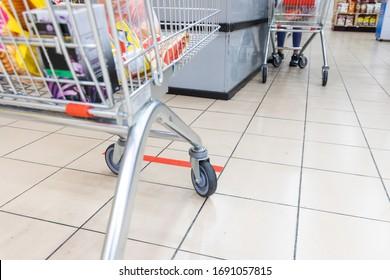 La distanciation sociale est pratiquée au comptoir de paiement des supermarchés en Malaisie, avec un écart d'un mètre entre les gens en file d'attente.