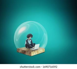 Distancia social y autoaislamiento durante la cuarentena del virus de la corona. Trabajo desde el concepto de casa . Hombre trabajando en línea en un portátil dentro de un escudo de protección contra burbujas.