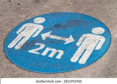 Panneau de distanciation sociale sur le terrain dans le centre-ville de Liverpool vu en septembre 2020.