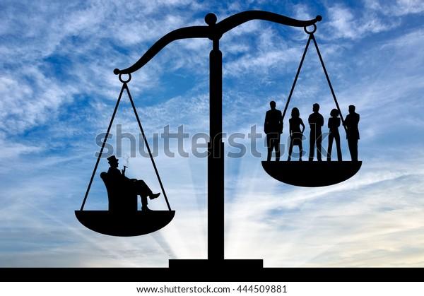 Inégalité sociale. L'inégalité sociale à l'échelle de la justice entre les riches et les gens ordinaires
