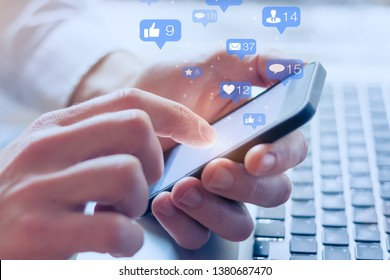 Interaktionen in sozialen Netzwerken auf Mobiltelefonen, Konzept mit Benachrichtigungssymbolen wie z. B., E-Mail, Kommentar und Stern über dem Smartphone-Bildschirm, Person-Händehaltend-Gerät, digitales Internet-Marketing