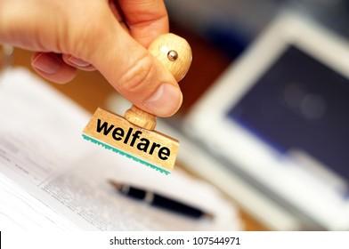 Sozialschutzkonzept mit Stempel im Amt oder Büro und Kopienraum