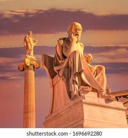 Sokrates die alten griechischen Philosophen und Apollo-Marmorstatuen unter einem dramatischen Himmel