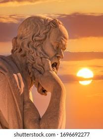 Sokrates die antike Marmorstatue des griechischen Philosophen unter dramatischem Himmel
