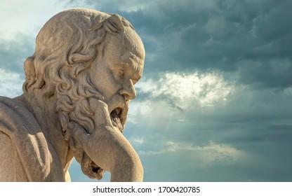 Sokrates die antike Marmorstatue des griechischen Philosophen unter dramatisch bewölktem Himmel
