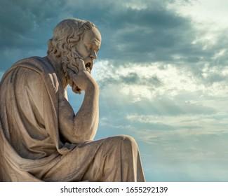 Sokrates der antike griechische Philosoph und Denker unter beeindruckendem Himmel, Athen Griechenland