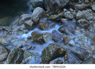 The soft and moist stream of streams and rocks of various sizes, rock formations in natural streams that look beautiful.