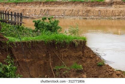 Soil slides down the coast collapsed because of the water flowing in the river eroded a long time.