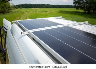 Sonnenkollektor auf dem Dach eines Camper-Van