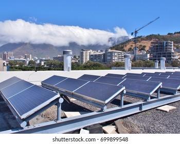 Paneles solares o celdas solares en la azotea o terraza del edificio en Ciudad del Cabo, Sudáfrica. Puede ahorrar energía. Energía verde o solar o renovable o energía limpia.