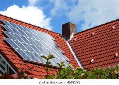Sonnenkollektoren auf dem Dach