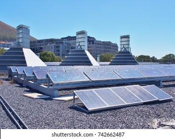 Paneles solares o celdas solares de silicio policristalino en la azotea o terraza del edificio en Ciudad del Cabo, Sudáfrica. Energía verde o solar o renovable o energía limpia. Ahorro de energía, concepto de emisión cero.
