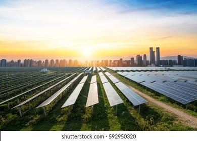 Sonnenkollektoren mit dem sonnigen Himmel. Blaue Solarpaneele. Hintergrund von Fotovoltaikmodulen für erneuerbare Energien.