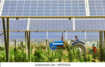 Solar photovoltaic area to open the tractor of the elderly